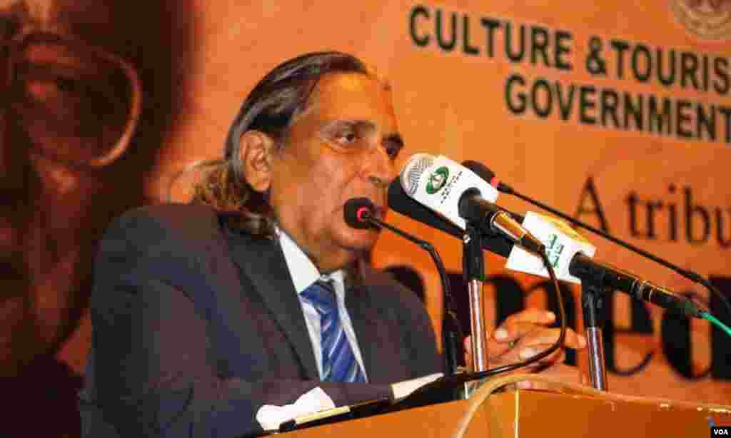 کراچی: تقریب سے پروفیسر سحر انصاری احمد فراز کے بارے میں تعریفی کلمات اداکرتے ہوئے
