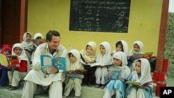 格雷格.莫坦森与巴基斯坦的学童在一起