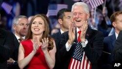 بیل کلینتون در کنار دخترش در کنوانسیون سراسری حزب دموکرات