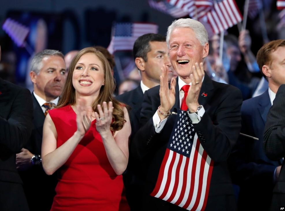2016年7月28日,在民主党代表大会的最后一天,希拉里·克林顿在台上讲话时,她丈夫比尔·克林顿,女儿切尔西·克林顿在台下鼓掌
