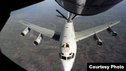 美國空軍一架WC-135飛機接受空中加油(美國空軍資料照片)