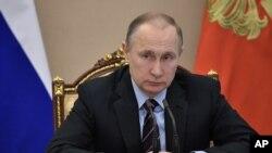 Prezidan ris la Vladimir Putin pandan yon reyinyon nan kabinè li nan Moscow, Risi, 12 avril 2017.