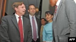Lãnh tụ dân chủ Miến Ðiện Aung San Suu Kyi gặp gỡ với tân đặc sứ Mỹ tại Miến Ðiện Derek Mitchell (giữa) và Trợ lý Ngoại trưởng Mỹ đặc trách Dân chủ, Nhân quyền và Lao động Michael Posner (trái) tại tư gia của bà ở Yangon, ngày 4 tháng 11, 2011.