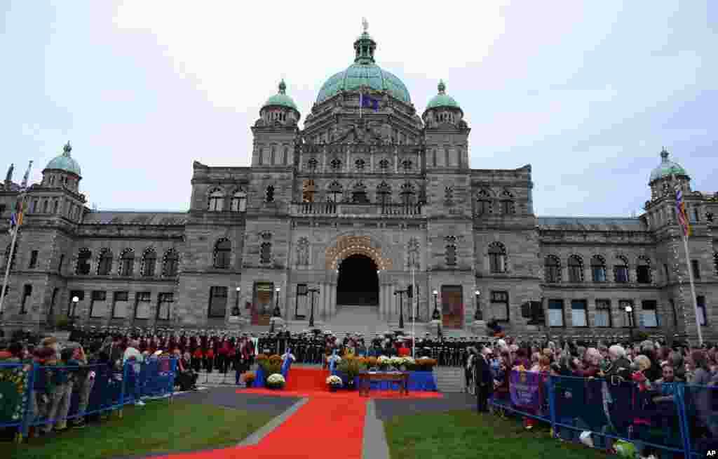 Pangeran William dari Inggris dan istrinya Catherine pada upacara penyambutan resmi di gedung parlemen British Columbia di Victoria (24/9).