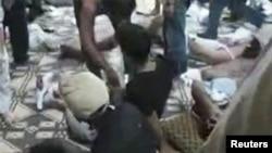 Thi hài của các nạn nhân, mà người biểu tình ở Syria nói là bị lực lượng an ninh của chính phủ giết