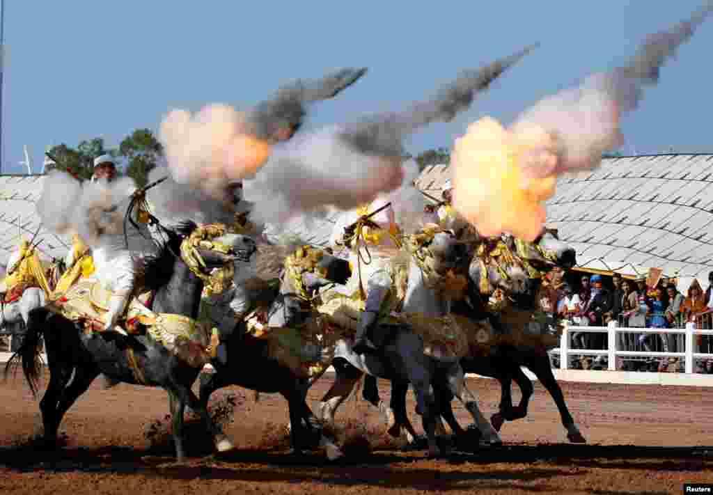 Cavaleiros participam no festival hípico internacional de El-Jadida, perto de Casablanca, em Marrocos.