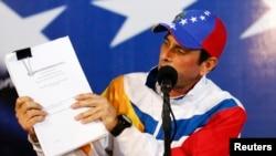 Henrique Capriles muestra documentos de impugnación de las elecciones presidenciales del pasado abril. Un petitorio fue presentado este lunes ante la CIDH.
