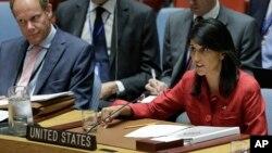 L'ambassadeur du Royaume-Uni, Matthew Rycroft, à gauche, écoute l'ambassadeur des États-Unis, l'ambassadeur Nikki Haley, répondre aux déclarations de la Russie, lors de la réunion du Conseil de sécurité des Nations Unies sur la Corée du Nord.
