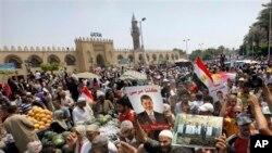 19일 카이로 시내 이슬람 사원 밖에서 시위를 벌이는 무르시 지지자들