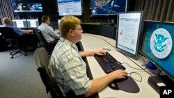 Các nhà phân tích an ninh mạng làm việc tại phòng thí nghiệm phòng vệ bí mật mạng của chính phủ ở Idaho Falls, bang Idaho, Mỹ. Các giới chức Mỹ nói họ đang theo dõi sát sao để bảo đảm Trung Quốc tôn trọng các cam kết về vấn đề an ninh mạng.