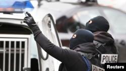 Des opérations de police étaient en cours à Molenbeek, en Belgique, le 16 novembre 2015. (REUTERS/Yves Herman)