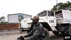 Des Casques bleus patrouillent près des églises catholiques, le 21 janvier 2018 à Kinshasa.