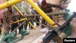 이라크군과 지역 민병대원들이 24이 바그다드 서쪽의 알후즈 다리에서 ISIL의 공격에 대비해 무기를 배치하고 있다.