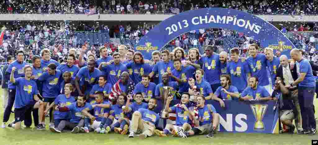 La selección de fútbol de Estados Unidos dirigida por Jürgen Klinsmann ganó en forma invita la Copa Oro 2013, venciendo en la final a Panamá por 1 a 0, en Chicago.