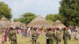 Des policiers montent la garde après une attaque à Kipao, au Kenya, le 22 déc. 2012
