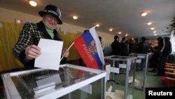 Phụ nữ cầm cờ Nga trong lúc đi bỏ phiếu cho cuộc trưng cầu dân ý tại Bakhchisaray, ngày 16/3/2014.