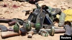 Persenjataan militan al Shabaab yang terbunuh dipamerkan di luar kantor pemerintah kota Baidoa (foto: dok). Militan al-Shabab melakukan serangan mortir terhadap Baidoa dan menghantam rumah sebuah keluarga, Sabtu 6/8.