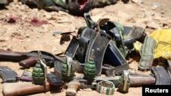 Võ khí đạn dược được những kẻ tấn công, mà người ta nghi thuộc nhóm al-Shabab, sử dụng trong một vụ tấn công được trưng bay bên ngoài trụ sở chính phủ của Somalia trong thành phố Baidoa, 12/3/15