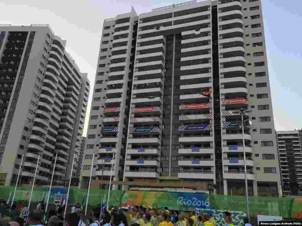 Banderas de Angola, Croacia y Grecia decoran parte de la villa olímpica.