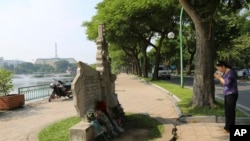Hanoyda Con Makkeynin xatirə memorialı