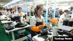 개성공단이 재가동에 돌입한 지난해 9월 J&J 북한 근로자들이 제품을 생산하고 있다.