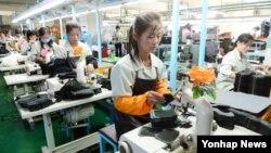 개성공단 재가동 이틀째인 17일 공단 내 'J&J' 공장에서 근로자들이 제품을 생산하고 있다.