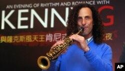 지난 2010년 미국의 섹소폰 연주자 케니 지가 타이완에서 공연하고 있다. (자료사진)
