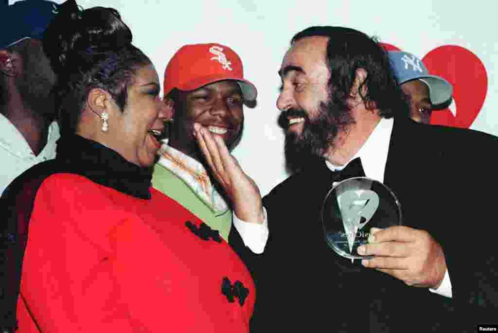 Muimbaji Luciano Pavarotti akiwa pamoja na Aretha Franklinkatika chakula cha usiku kilicho andaliwa kwa ajili ya kutunisha mfuko wa kikundi cha kuwasaidia wanamuziki ( MusicCare ) huko New York Februari 23.