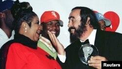 Rankont Aretha Franklin ak gran chantè mizik opera Luciano Pavarotti nan okazyon yon seyans priz-foto nan yon dine ki te dewoule nan nan New York pou yon òganizasyon byenfezans le 2 fevriye 1998.