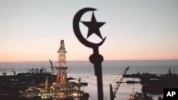 در حالی که ایران بیشتر و بیشتر در انزوا و مشکلات اقتصادی غرق می شود، همسایه شمالی اش در خلاف جهت ایران حرکت می کند: همراه با خطوط لوله جدیدی که حوزه های غنی نفتی اش در سواحل دریای خزر را به اروپای تشنه انرژی متصل می کند، پیوندهای سیاسی و فرهنگی با غرب را هم تحکیم می کند. آنجا که ایران سرکوبگر و خدامحور است، آذربایجان در زمینه های اجتماعی و مذهبی، دگرپذیری از خود نشان می دهد؛ و از جامعه ای اکثراً مسلمان، الگویی غیرفرقه ای ارائه می کند که پیشتاز ورزش های زنان است و موسیقی و خوانندگان غربی را ارج می نهد.