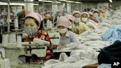 Công nhân Campuchia làm việc trong xí nghiệp may mặc