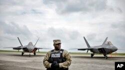 Tentara AS menjaga jet tempur di pangkalan udara Mihail Kogalniceanu di Rumania tenggara. (Foto: Ilustrasi)