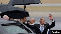 Shugaban Amurka Barack Obama yayinda ya saka a kasar Cuba
