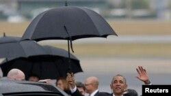Rais Obama akipunga mkono mara baada ya kuwasili Havana