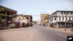 Une rue déserte au Sierra Leone, pendant la quarantaine de trois jours visant à juguler la transmission du virus à Ebola (AP Photo/ Michael Duff)