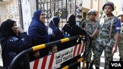Para perempuan Mesir antri di sebuah TPS di Kairo dalam pemilu putaran kedua (15/12).