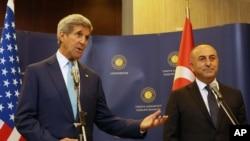 12일 터키 앙카라에 도착한 존 케리 미국 국무장관(왼쪽)이 터키 외무장관과 함께 기자회견을 가지고 있다.