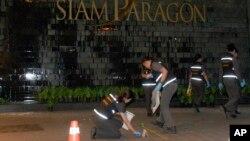 1일 태국 방콕의 쇼핑몰 인근에서 폭발이 발생한 가운데 경찰이 현장을 수색하고 있다.