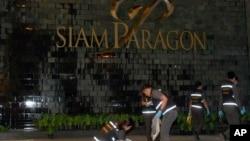 Tim forensic dari kepolisian Thailand menginvestigasi lokasi ledakan di sekitar pusat perbelanjaan Siam Paragon di Bangkok (1/2).
