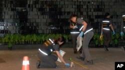 2015年2月1日泰国警方人员调查暹罗典范购物中心爆炸