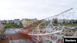 Tháp truyền hình bị sập vì bão Sơn Tinh tại thành phố Nam Định, 100 km (62 dặm) phía nam Hà Nội, ngày 29/10/2012