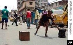 Des adolescents nigérians dans la rue