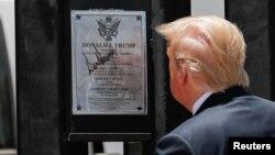 Hôm 23/6, Tổng thống Donald Trump tới thăm một phần tường mới xây dọc biên giới Mexico tại San Luis, Arozina, ký tên lên một tấm biển đánh dấu cây số thứ 320 của dự án.