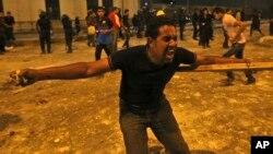 Partidarios de Morsi arrojaron rocas contra la policía durante las protestas en el centro de El Cairo este lunes 15 de julio.