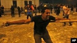 Những người chống Tổng thống bị lật đổ Mohammed Morsi và những người ủng hộ ông xô xát trong thủ đô Cairo, Ai Cập, 15/7/13