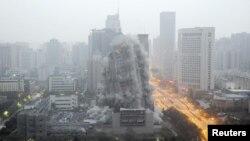 Một tòa nhà bị phá hủy để mở đường cho một trung tâm thương mại mới tại Tây An, tỉnh Thiểm Tây, Trung Quốc, 15/11/2015.