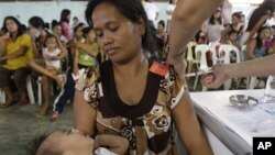 Seorang perempuan Filipina sedang diberi suntikan KB. (Foto: Dok)
