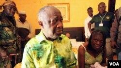 Mantan pemimpin Pantai Gading Laurent Gbagbo (kiri, duduk) dan isterinya berada dalam tahanan rumah di sebuah lokasi yang dirahasiakan.