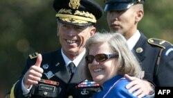 Jendral berbintang empat AS, David Petraeus dan istrinya Holly di Arlington, Virginia (Foto: dok). Petraeus pensiun setelah mengabdikan diri selama 37 tahun di militer AS sebelum terpilih menjadi direktur CIA.
