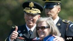 Tướng Petraeus và vợ Holly trong lễ nghỉ hưu sau 37 năm phục vụ trong quân đội Hoa Kỳ, trước khi ông trở thành Giám đốc Cơ quan Tình báo Trung ương CIA, ngày 31/8/2011